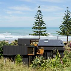irving smith architects aligns offSET shed house with new zealand coastline