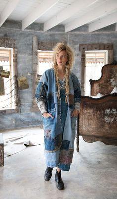 Inspiring patchwork denim jacket DIY I Outi Les Pyy Magnolia Pearl, Jeans Recycling, Ropa Shabby Chic, Glitter Outfit, Boro, Denim Ideas, Denim Crafts, Denim Patchwork, Recycled Denim