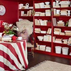 Hjerterdame FR1193.  En mørk rød farge med et strøk av blått som har en nordisk elegant tilnærming. #ÅretsFarge2017#Rød#Rødt#ideer#Fargekart#Fargerike#inspirasjon#bokhylle#stripete#duk#hjertedame#red#bookcase#inspiration White Home Decor, White Houses, Red And White, Bookcase, Shelves, Decoration, White Homes, Decor, Shelving