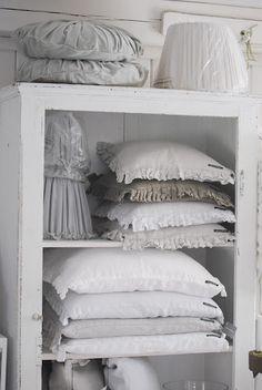 Men kan nooit teveel bedlinnen in zijn slaapkamer hebben! Het geeft een heerlijke, landelijke uitstraling. Rust en kalmte dankzij dit pure wit en lichtgrijs.