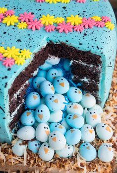 Use this cake decorating tutorial to learn how to make pinata cake or an Easter robin egg cake filled with robin chick candies. It& easy, fun and requires simple ingredients and supplies. How To Make Pinata, How To Make Cake, Cake Decorating Supplies, Cake Decorating Tutorials, Piniata Cake, Cupcake Icing Recipe, Easter Party, Easter 2018, Easter Cake