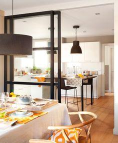 En la cocina. Muebles de Santos, corredera de hierro de Estudio Miriam Marín, lámparas de Ikea, latas de Verdemandarina y plantas de Jardiland
