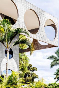 La façade en béton aux multiples oculi de la Délégation de l'Union européenne au Brésil évoque les architectures années 1970 d'Antti Lovag.  En savoir plus sur http://www.admagazine.fr/architecture/balade/articles/bienvenue-lambassade/14003#LSGAg2AD5jgiwgm6.99