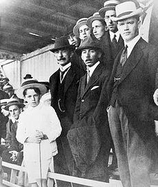 O Presidente Afonso Camargo, ao lado de Santos Dumont, em Curitiba, 1916.