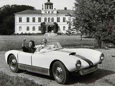 Den sjätte och sista Saab Sonett Super Sport som byggdes, på en underbar reklambild från sommaren 1957. Bilen var vit med blå fartrand, kom troligen till USA 1971 och bilentusiasten och dåvarande Saab-återförsäljaren Bill Jacobson som fortfarande äger den.