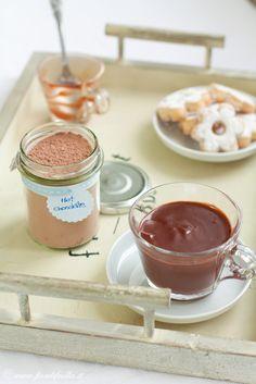 Preparato homemade per cioccolata in tazza. Cioccolato fondente, cacao, zucchero, fecola di patate.
