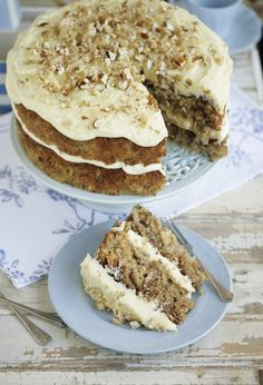 This is my best-ever Hummingbird cake recipe and is a total crowd pleaser with cream cheese frosting #recipe #cake #baking