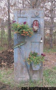Diy garden decor - DIY ideas for Vintage garden decoration with old things – Diy garden decor Diy Jardin, Jardin Decor, Unique Garden, Easy Garden, Rustic Gardens, Diy Door, Diy Garden Decor, Garden Crafts, Vintage Garden Decor