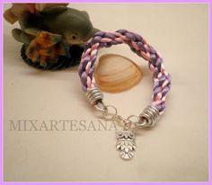 En cola de ratón, combinación de rosa y lila, en dos grosores y colgante de buho. Precio: 6 euros