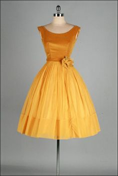 Vintage Fashion: gold velvet and chiffon dress Pretty Outfits, Pretty Dresses, Beautiful Outfits, Vintage 1950s Dresses, Vintage Outfits, Vintage Clothing, 1950s Fashion, Vintage Fashion, Club Fashion