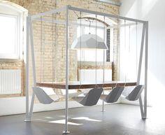 Mesa com cadeiras de balanço traz playground para sala de jantar - http://buscaimoveisembrasilia.com.br/mesa-com-cadeiras-de-balanco-traz-playground-para-sala-de-jantar/