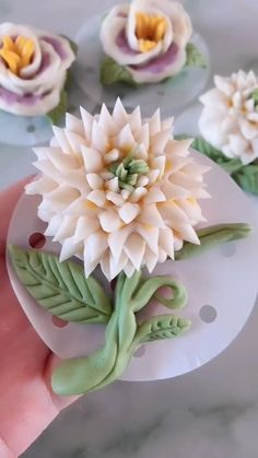 Fondant Flower Tutorial, Fondant Flowers, Clay Flowers, Fondant Flower Cupcakes, Sugar Flowers, Cake Decorating Piping, Cake Decorating Techniques, Cake Decorating Tutorials, Decoration Patisserie