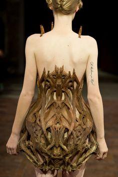Wood dress designed and sculpted by Iris van Herpen.  Robe en bois dessinée et sculptée par Iris van Herpen.
