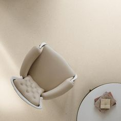 Bílá cementová podlaha s mramorovou drtí, dodavatel BOCA Group. / White cement floor with the marble chips, BOCA Group Praha. Concrete Finishes, Terrazzo, Cement, Flooring, Chair, Stone, Classic, Marble, Group