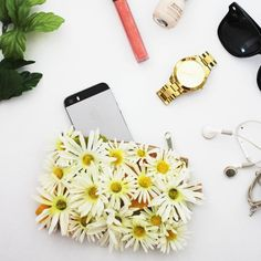 Brighten up a plain clutch with daisies in this super easy tutorial!