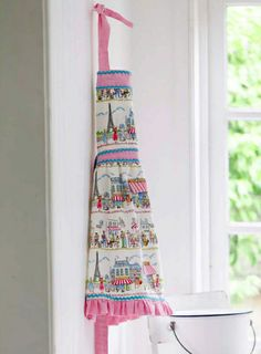 Easy Vintage Ruffled Apron Tutorial - Love this fabric!