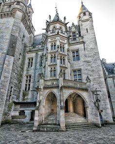 """Secrets d'Histoire on Instagram: """"👉 Le @chateau_pierrefonds (Oise) est un monument construit à la fin du XIVe siècle mais qui a été totalement restauré (et en grande partie…"""""""