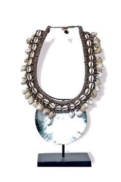 Magnifique collier de mariage Papou en coquillages et fils de chanvre. Une belle déco comme on aime, décalée et originale.
