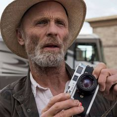 Ed Harris with a Leica Photography Camera, Photography And Videography, Digital Photography, Cigar Men, Rangefinder Camera, Photography Equipment, Celebs, Celebrities, Photojournalism