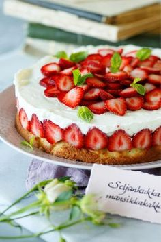Seljankukka-mansikkakakku // Strawberry & Elderflower Cake Food & Style Elina Jyväs Photo Joonas Vuorinen Maku 3/2014, www.maku.fi