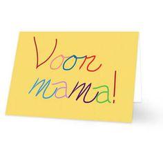 Een Moederdag kaart met de tekst ''Voor mama!'' in een kinderhandschrift. Elke letter heeft een andere kleur. De achtergrondkleur is geel. De binnenkant van deze Moederdag kaart is helemaal wit, daar kun je zelf nog teksten en foto's of allerlei leuke afbeeldingen aan toevoegen.