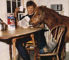 Viggo Mortensen and pony friend read. OK, ok, it's not a cat, but it's a furry friend licking up milk. Viggo Mortensen, Gatos Cats, My Horse, Lord Of The Rings, Beautiful Horses, Pretty Horses, Beautiful Life, Lotr, The Hobbit