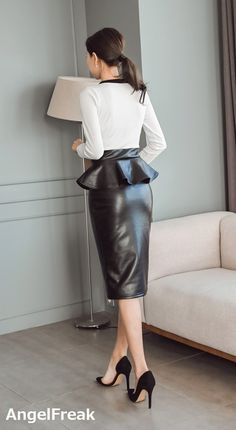 Long Leather Skirt, Leather Dresses, Leather Pants, Black Leather, Leather Skirts, Sexy Rock, Secretary Outfits, Leder Outfits, Satin Skirt