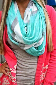 Camiseta gris, saco coral con hermosa bufanda en tonos gris, blanco y verde menta