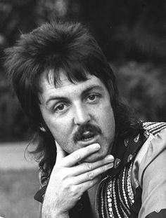 The history of The Beatles – albums, singles, life events of John Lennon, Paul McCartney, George Harrison and Ringo Starr. Paul Mccartney, George Harrison, Hair And Makeup Artist, Hair Makeup, 1970s Hairstyles, Hairstyles Men, Layered Hairstyles, Stars D'hollywood, Mullet Haircut