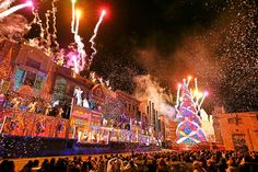 Universal Studios Japan in Osaka lit up its 2014 Christmas tree yesterday and won a Guinness World Record for the fourth consecutive year.
