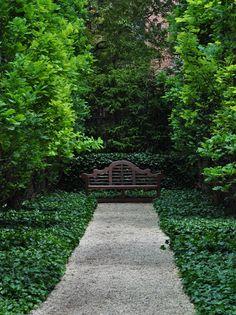 Gravel and English Ivy.how simple and elegant. Three Dogs in a Garden: How the Other Half Garden threedogsinagarde. Formal Gardens, Outdoor Gardens, Modern Gardens, Landscape Design, Garden Design, Garden Floor, Garden Seating, White Gardens, Garden Structures