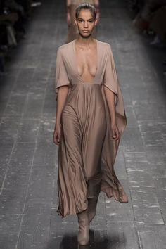 Valentino a surpris son public pendant la fashion week de Paris en présentant des looks à l'allure gothique. Focus: longue robe nude