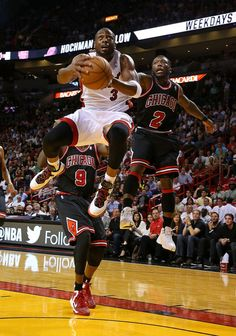 Dwyane Wade Photos - Dwyane Wade of the Miami Heat drives past Nate Robinson of the Chicago Bulls during a game at AmericanAirlines Arena on January 2013 in Miami, Florida. - Chicago Bulls v Miami Heat Basketball Is Life, Sports Basketball, Basketball Players, Afro Kinky Twists, Nate Robinson, Nba Chicago Bulls, Allen Iverson, January 4, Chicago Photos