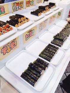 강원도 중앙시장 꼬마김밥이에요. 불고기김밥, 볶음김치김밥, 멸치김밥, 참치김밥, 스팸김밥 등 여러종류의 김밥들이 있어요. 가격은 1개당 500원. 저렴하고 맛있어요 ^^