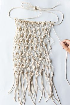 macrame/macrame anleitung+macrame diy/macrame wall hanging/macrame plant hanger/macrame knots+macrame schlüsselanhänger+macrame blumenampel+TWOME I Macrame & Natural Dyer Maker & Educator/MangoAndMore macrame studio Macrame Bag, Macrame Knots, Diy Net Bags, Macrame Patterns, Crochet Patterns, Diy Macrame Wall Hanging, Macrame Mirror, Macrame Curtain, Net Making