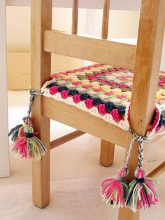 Fun crochet seat covers for the kitchen table. Maybe (Granny square chair cover with tassels)Fun crochet seat covers for the kitchen table. Maybe (Granny square chair cover with tassels) Point Granny Au Crochet, Granny Square Crochet Pattern, Crochet Squares, Crochet Home Decor, Crochet Crafts, Crochet Projects, Sewing Crafts, Crochet Motifs, Crochet Patterns