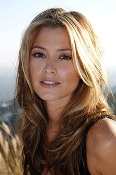 Holly Valance __ Holly Rachel Vukadinović ((d. 11 Mayıs 1983, Melbourne) daha çok sahne adı Holly Valance ile tanınan Avustralyalı şarkıcı, model ve aktris.