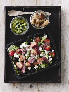 Sprøde blomkål, jordbær og en vinaigrette med nypillede ærter. Dertil lækre bøffer lige fra grillen.