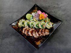 Medailóniky z bravčovej panenky, umeboshi omáčku s červeným vínom a k tomu miešaný šalát s kimchee majonézou. #edokin #edokinsushi #sushi #food #foodlovers