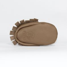 Taupe Baby Mokassin (Unteransicht) - Unsere Mokassins sind aus echtem Leder, komplett frei von Chrom VI und wunderbar weich – so passt er sich perfekt Baby- und Kinderfüßchen an. Dank des praktischen Gummizugs wird das An- und Ausziehen für Eltern zu einem Kinderspiel. Die Herstellung findet im Herzen von Hamburg statt.