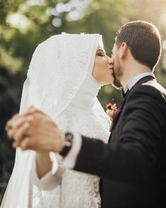 bridal photography poses Grntnn olas ierii: bir veya daha fazla kii, dn, iek ve ak hava Romantic Wedding Photos, Wedding Poses, Romantic Couples, Wedding Couples, Cute Couples, Muslim Wedding Photos, Couple Photography Poses, Bridal Photography, Photography Ideas