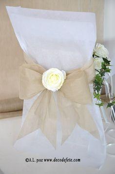 Une housse de chaise blanche http://www.decodefete.com/housses-chaise-blanc-p-3749.html  habillée d'un nœud de couleur taupe http://www.decodefete.com/noeuds-pour-housse-chaise-taupe-p-3758.html  #mariage #deco #noeud