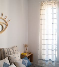 Ce nouveau rideau indien 110x215 en coton a été confectionné à la main dans le plus grand respect des traditions de tissage de l'Assam, au nord-est de l'Inde. Notre rideau écru égayera votre intérieur avec son joli motif géométrique bleu. Tissé à la main grâce à nos artisans en Inde, ce rideau indien ajoutera une touche élégante pour une inspiration bohème chic et sera l'accessoire parfait pour votre décoration intérieure ! Artisans, Decoration, Parfait, Respect, Curtains, Inspiration, Deep Blue, Home Decor, Products