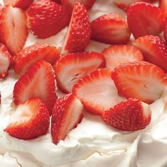 A beautifully presented strawberry pavlova from Mary Berry. With a crispy outer and soft centre, the pavlova recipe is finished with strawberries and cream. Mary Berry Meringue, Mary Berry Pavlova, Strawberry Pavlova, Strawberry Recipes, Pavlova Recipe, Summer Dessert Recipes, English Food, English Recipes, Sweet Recipes