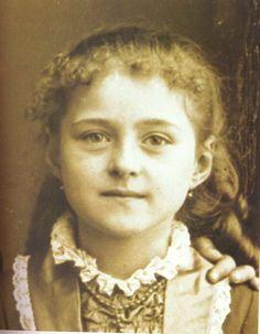 Thérèse Martin (5 ans) qui deviendra sainte Thérèse de l'Enfant Jésus et de la Sainte Face, mieux connue comme Ste. Thérèse de Lisieux