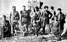 Οι αντάρτες του ΕΛΑΣ καλωσορίζουν τα μέλη της αποστολής «Περικλής» στον Κάλαμο, την «πύλη» των συμμαχικών αποστολών στην Ελλάδα.