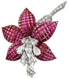 Bague Lotus de Van Cleef and Arpels http://www.vogue.fr/thevoguelist/van-cleef-and-arpels/419#