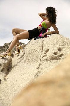 Isabeli Fontana empresta sua beleza para campanha de sapatos em Los Cabos