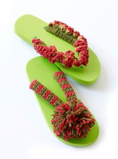 Are you looking to spice up your plain old flip flops? Use this free crochet pattern to make some pom pom flip flops; be the envy of all your friends. Crochet Boot Cuffs, Crochet Boots, Crochet Clothes, All Free Crochet, Cute Crochet, Crochet Summer, Felted Slippers, Crochet Slippers, Crochet Flip Flops