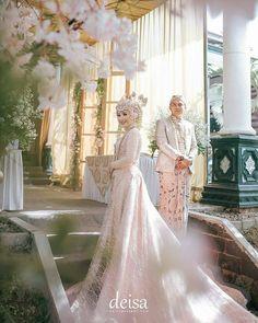 Kebaya Wedding, Muslimah Wedding Dress, Muslim Wedding Dresses, Wedding Hijab, Wedding Photography Poses, Wedding Poses, Wedding Photoshoot, Javanese Wedding, Indonesian Wedding